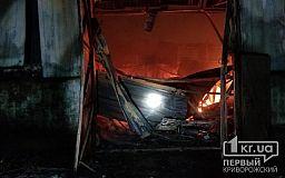 Масштабный пожар: дотла сгорели здание и два авто