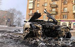 Возле жилого дома пожарные тушат пылающее авто (ОБНОВЛЕНО)