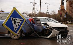 В Кривом Роге две легковушки выехали на тротуар и снесли дорожный знак