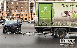 Легковушка и грузовик попали в ДТП в Кривом Роге