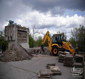 В Кривом Роге реконструируют памятник защитникам плотины КРЭСа
