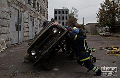 Спасатели разрезали авто на учениях