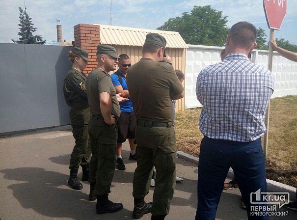 В Кривом Роге активисты требовали от военных не подчиняться  преступным приказам