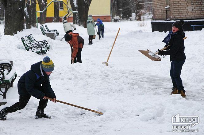 Криворожские школьники расчищают снег