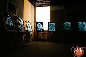 Мини-выставка картин на стекле и дереве