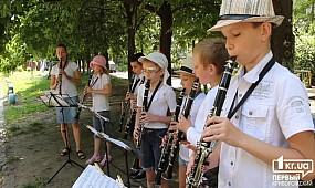 Уличный концерт юных кларнетистов в Кривом Роге | 1kr.ua