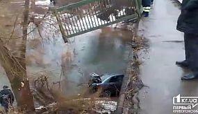 В Кривом Роге автомобиль слетел с моста | 1kr.ua