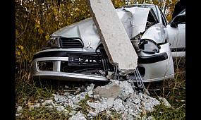 В Кривом Роге грузовой Mercedes снес Mitsubishi в столб   1kr.ua