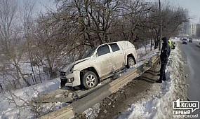 Новости Кривой Рог: ДТП в Кривом Роге. Пикап перелетел через отбойник и врезался в дерево | 1kr.ua