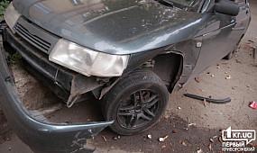 В Кривом Роге у Lada лопнуло колесо, машину вынесло на другой припаркованный автомобиль