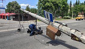 В Кривом Роге столб упал на проезжую часть | 1kr.ua